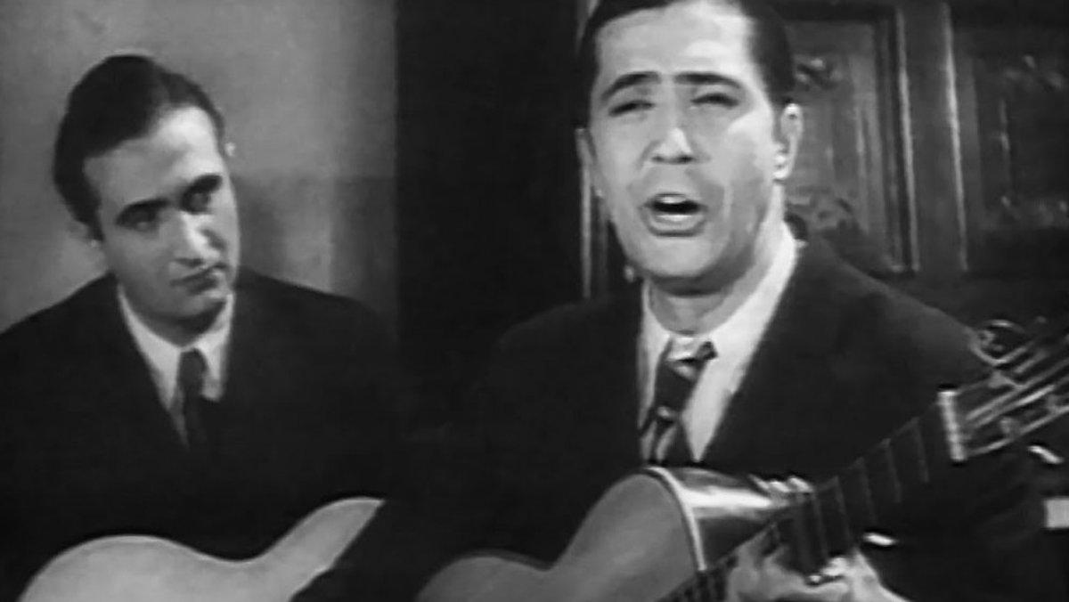 Garlos Gardel y Josep Plaja (detrás), en la película 'Cuesta abajo', de 1934