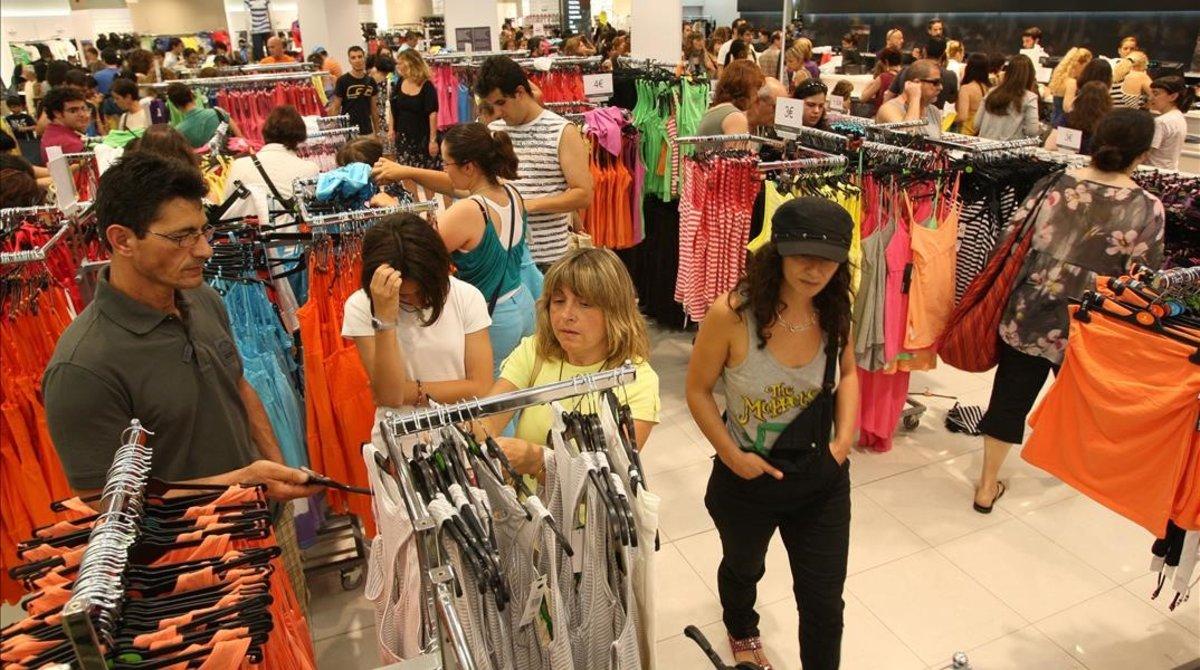 Gente comprando en una tienda Primark.