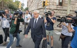 Gordó sale de la Audiencia, acompañado de su abogado, el jueves.