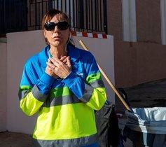 GRAF7587. PALMA DE MALLORCA, 26/11/2019.- Ana, una trabajadora de la empresa pública de limpieza Emaya, se dirige a los medios tras avisar al 112 y apagar el fuego de una mujer de 70 años de edad que se encuentra estable dentro de la gravedad, con quemaduras en el 20 % del cuerpo, después de que testigos hayan visto que su cuerpo estaba en llamas en plena calle en un barrio de Palma. EFE/ Cati Cladera