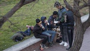 Un grupo de menas esnifan pegamento en un parque de Barcelona, el jueves pasado.