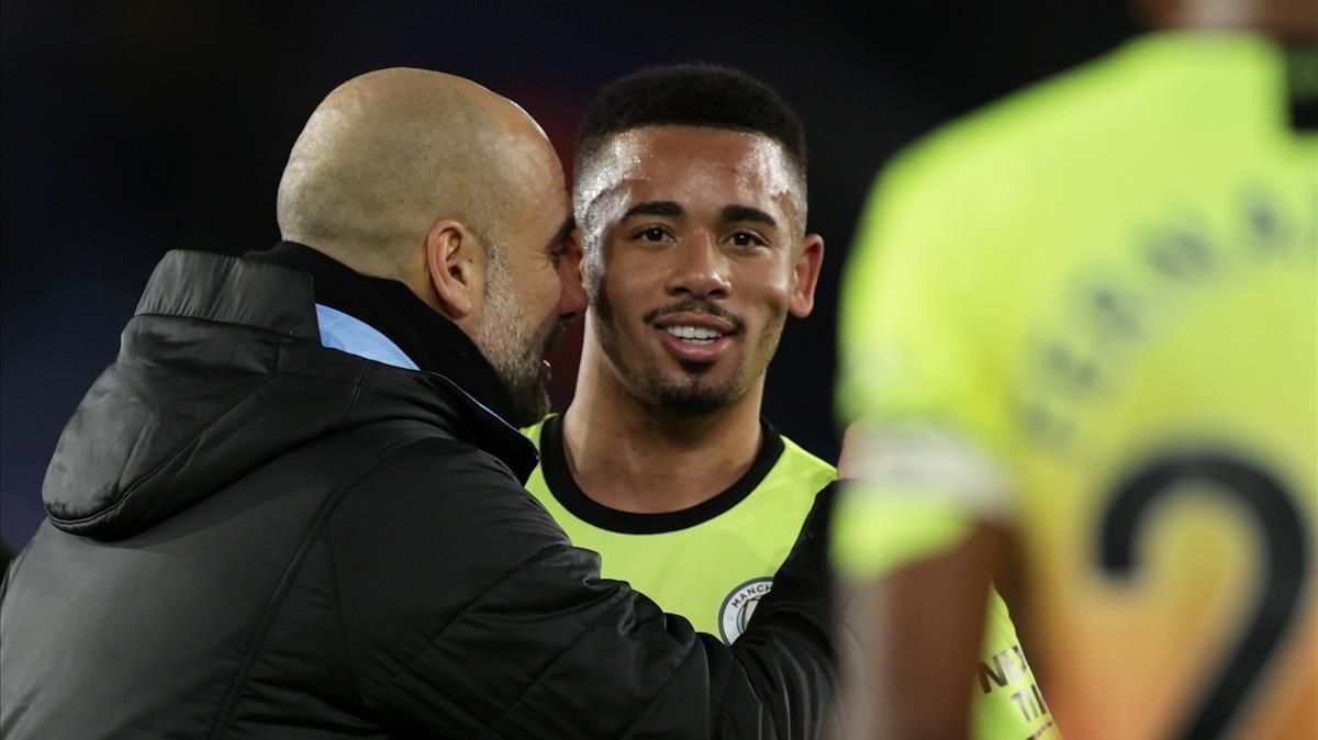 Guardiola felicita a Gabriel Jesus por su gol.