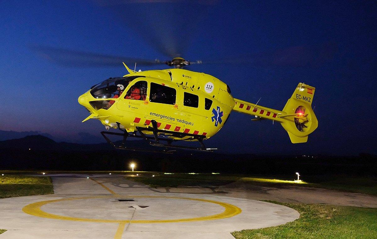 El helicóptero medicalizado del SEM despega del helipuerto del hospital Parc Taulí de Sabadell para llevar a cabo un traslado nocturno.