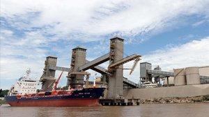 Un barco mercante con grano argentino anclado en el ríoParana, cerca de la ciudad de Rosario, enArgentina.