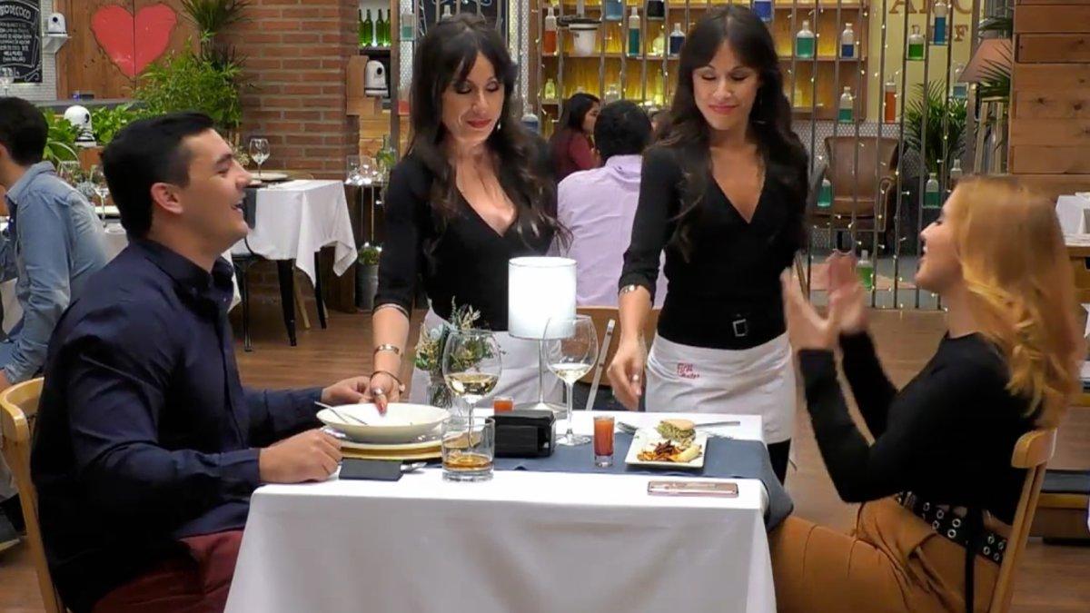 Iñaki y Lola junto a Marisa y Cristina, las camareras gemelas de 'First Dates'.