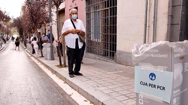 La incidencia acumulada de la COVID baja en Barcelona, según datos de Salut. Lo ha explicado el director de la Agencia de Salud Pública de Catalunya, Xavier Llaberia. En la foto, colas para hacerse PCR en el barrio de Trinitat Vella.