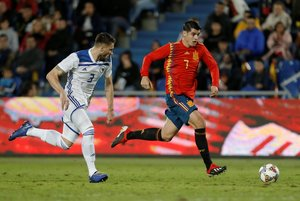 Soccer Football - International Friendly - Spain v Bosnia and Herzegovina - Gran Canaria Stadium, Las Palmas, Spain - November 18, 2018 Spains Alvaro Morata in action with Bosnia and Herzegovinas Ermin Bicakcic REUTERS/Santiago Ferrero