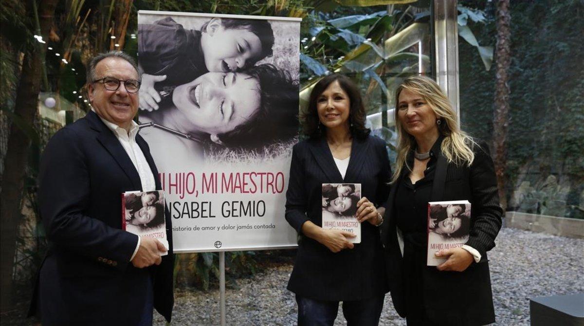 Isabel Gemio, en el centro, con Josep Cuní y Joana Bonet, en Barcelona, en la presentación de su libro 'Mi hijo, mi maestro'.