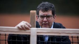 Javier Moreno mide la altura de la red en una pista del Club Tennis Barcino.