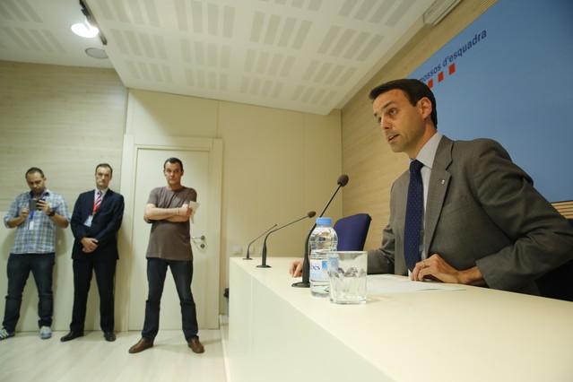 El jefe político de los Mossos, Manel Prat, anuncia su dimisión en la rueda de prensa de este martes.