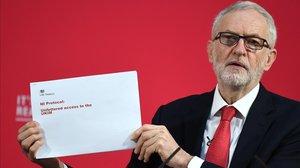 Jeremy Corbyn con el documento del Tesoro británico.