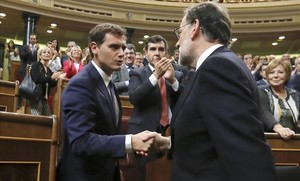 Mariano Rajoy va a saludar a Albert Rivera para agradecerle su apoyo en la investidura, el pasado sábado 29 de octubre.