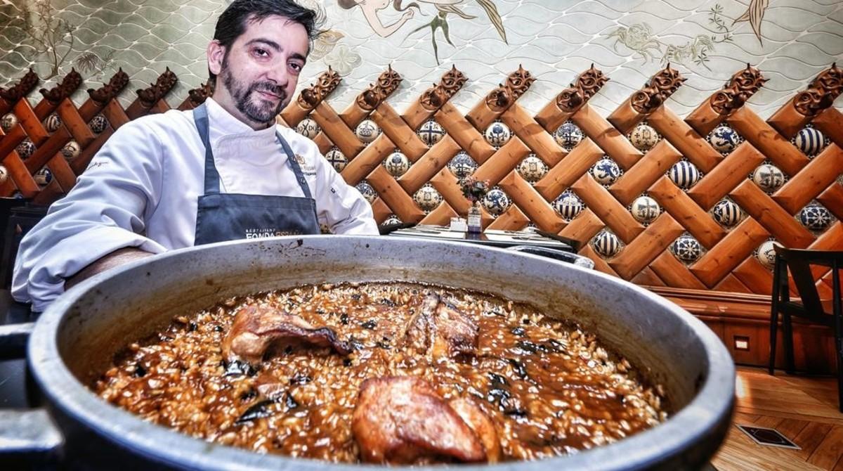German Espinosa,chef de Fonda España, posacon un arroz con conejo y trompetas.