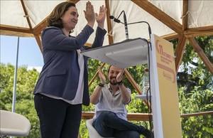 La alcaldesa de Barcelona, Ada Colau, este lunes junto a Pablo Iglesias en su acto con motivo de la Diada.
