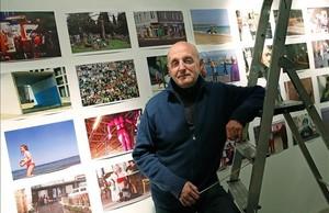 Juan José Fernández, el lunes durante el montaje de su exposición de fotografías en la galería H2O.