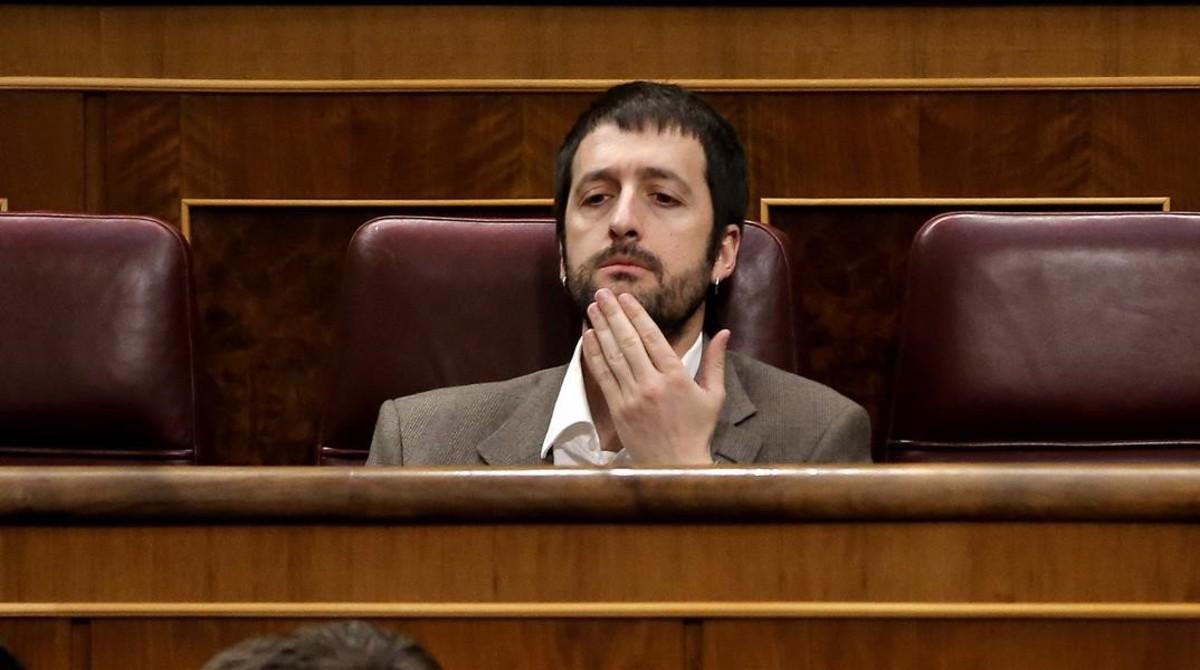 El secretario de comunicación de Podemos,Juan Manuel del Olmo, en su escaño del Congreso.