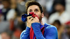 Leo Messi besa la camiseta del Barça.