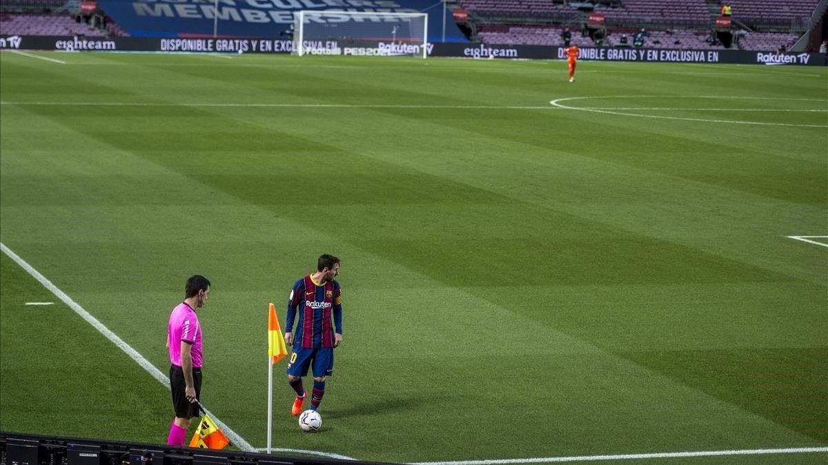 Leo Messi se prepara para lanzar un córner /Jordi Cortina