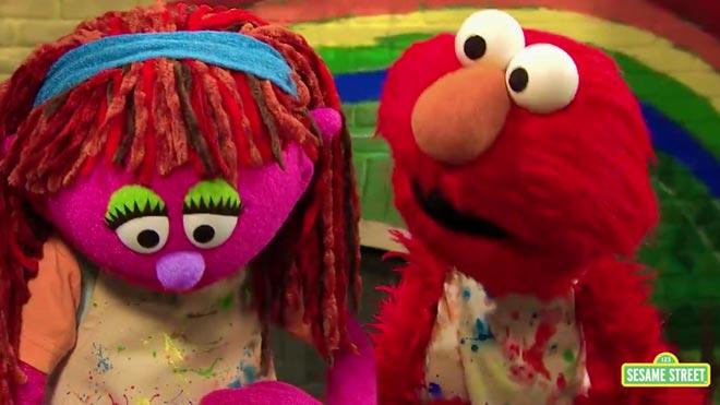 Liliy,lapequeña marioneta de color rosa sin vivienda que se ha incorporado a Barrio Sésamo.