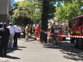 Los bomberos de Melbourne trabajan en los consulados de India y Francia tras encontrar paquetes sospechosos.