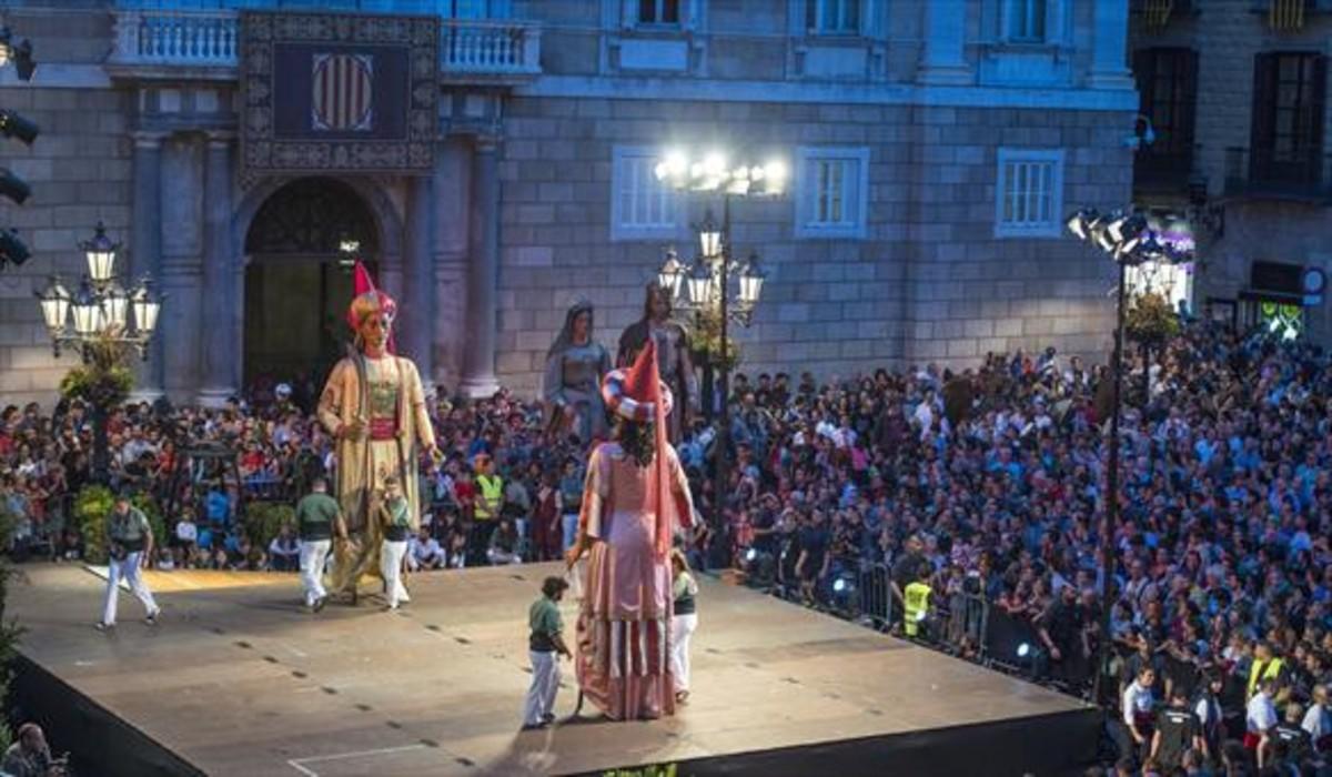 Los gigantes bailan en el inicio de la fiestas de la Mercè.