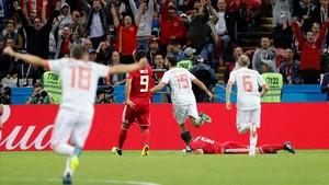 Los jugadores de España celebran el primer gol, de Diego Costa.