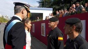 Los reyes Felipe y Letizia con el paracaidista accidentado en el desfile de este 12 de octubre