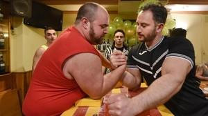 Sergio, con la misma camiseta roja que llevaba en la película el malo de 'Yo, el halcón', combate con Jaba, que ha sido campeón del mundo de lucha de brazos, el domingoen el restaurante Pasa Tapas.