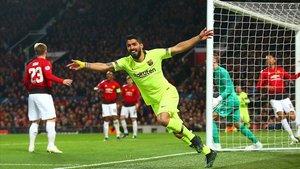 Luis Suárez festeja el gol del Barça en la victoria de la ida en el Old Trafford.