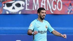 Luis Suárez celebra el gol que marcó en Ipurua que adelantaba al Barça.