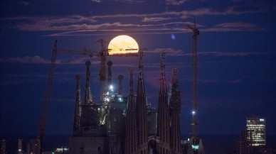 Luna llena entre las torres de la Sagrada Familia de Barcelona