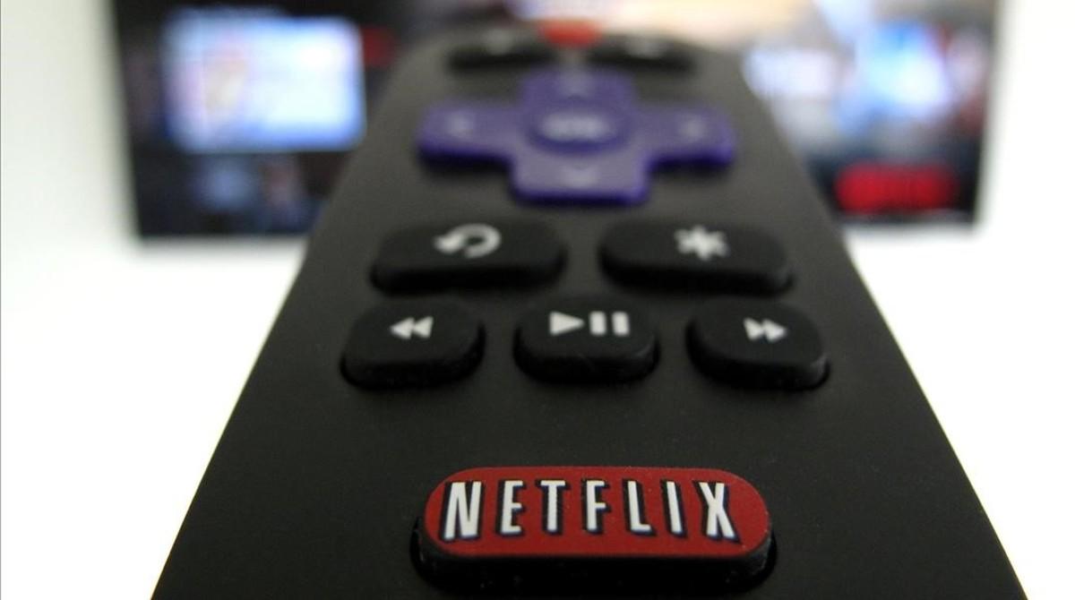 Un mando a distancia con el logo de Netflix.