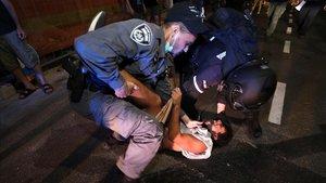 Un manifestante es detenido por la policía durante una protesta en Tel-Aviv, el pasado sábado.