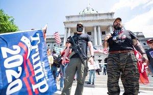 Manifestantes armados protestan ante el Capitolio de Pensilvania, en Harrisburg.