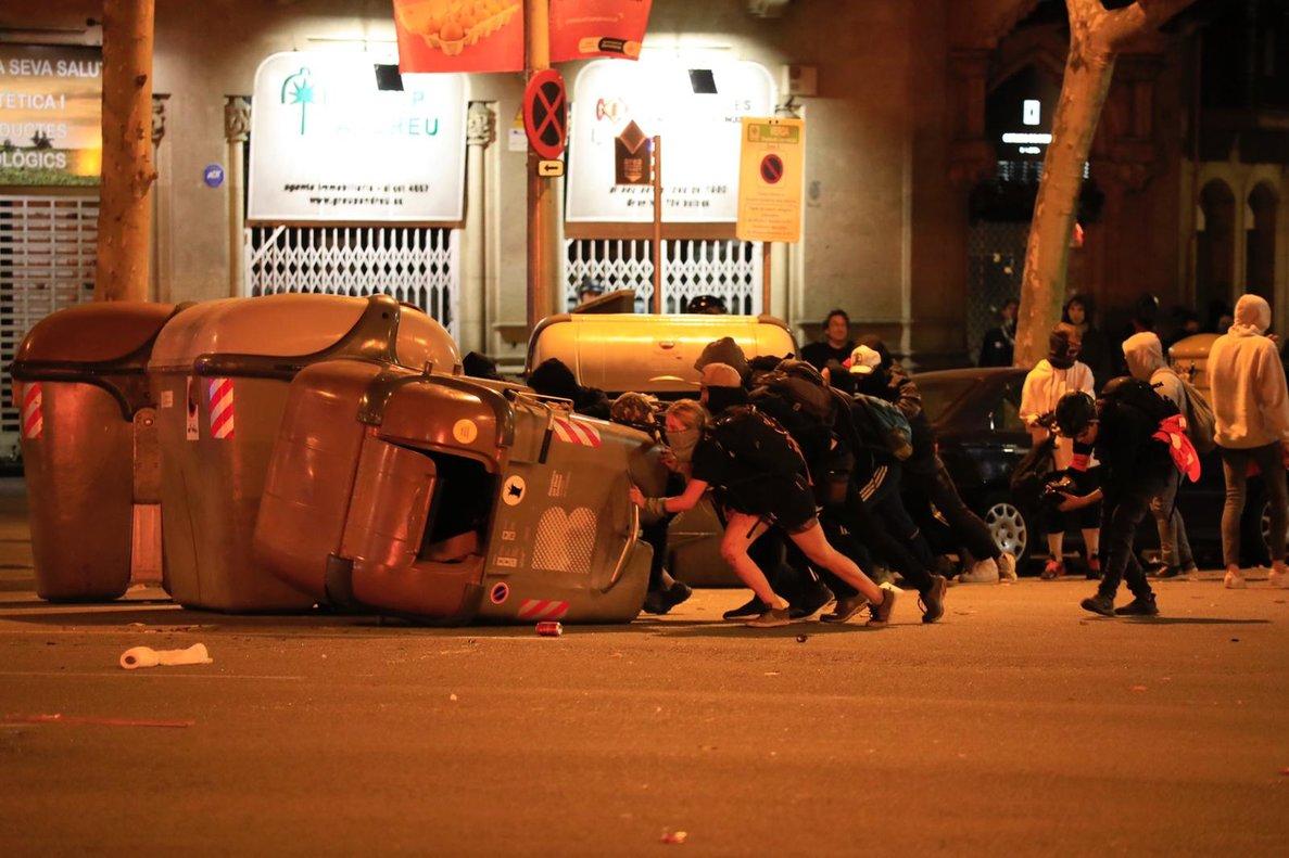 Manifestantes desplazan contenedores.