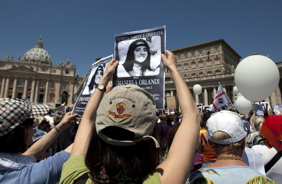 Manifestantes sostienen imágenes deEmanuela Orlandi en el Vaticano.