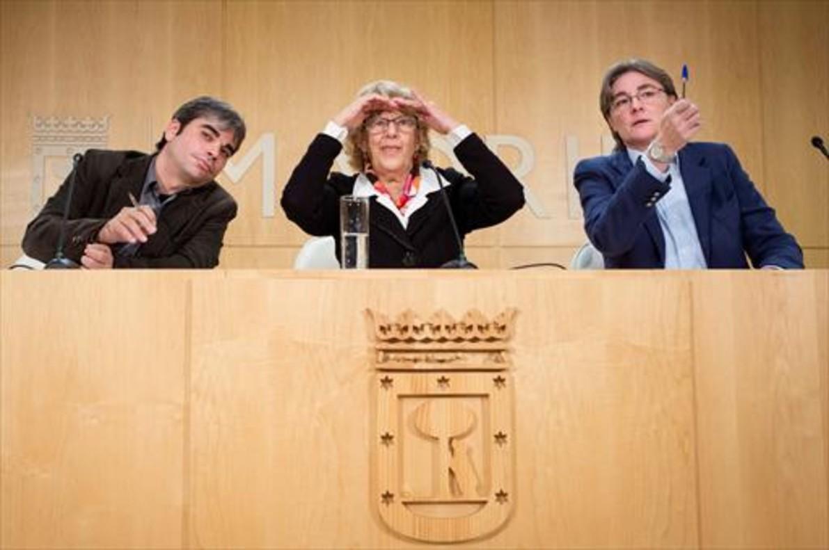 Manuela Carmena, flanqueada por Jorge García Castaño (sustituto de Sánchez Mato) y Marta Higueras, delegada de Equidad, ayer, en Madrid.