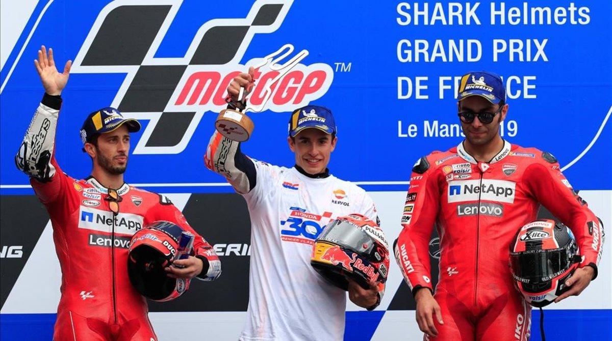 Marc Márquez, ganador en Le Mans-2019, junto a Andrea Dovizioso y Danilo Petrucci.