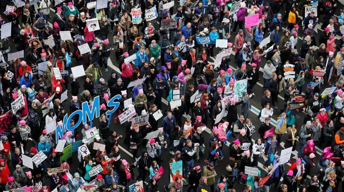 La Marcha de Mujeres llena Pennsylvania Avenue al día siguiente de la toma de posesión de Trump, en Washington, el 21 de enero.