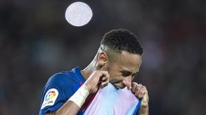 Neymar tras fallar un tiro a puerta durante un partido