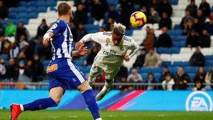 Mariano cabecea en plancha para marcar el tercer gol del Madrid contra el Alavés.