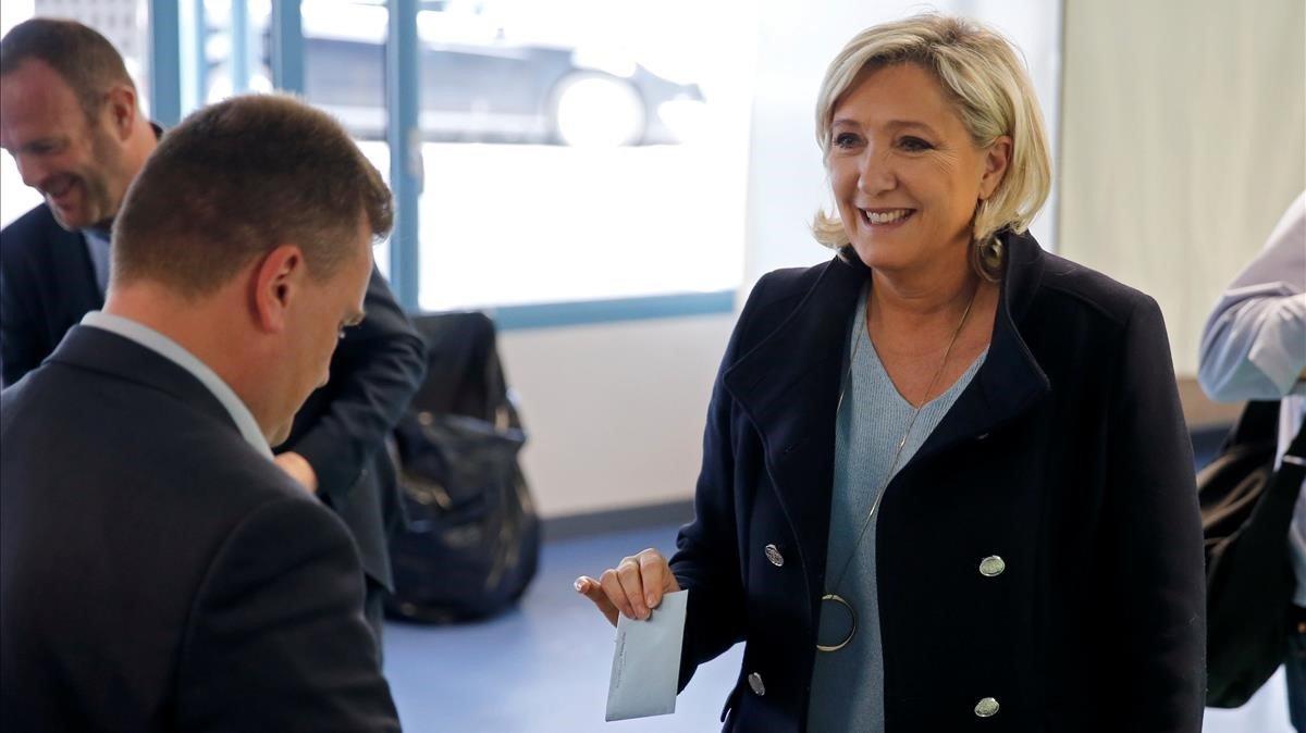Marine Le Pen en el momento de votar este domingo.