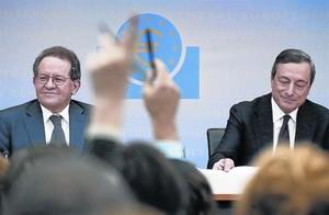 Mario Draghi, izquierda, y Vitor Constancio, presidente y vicepresidente del BCE, ayer en Fránkfurt.