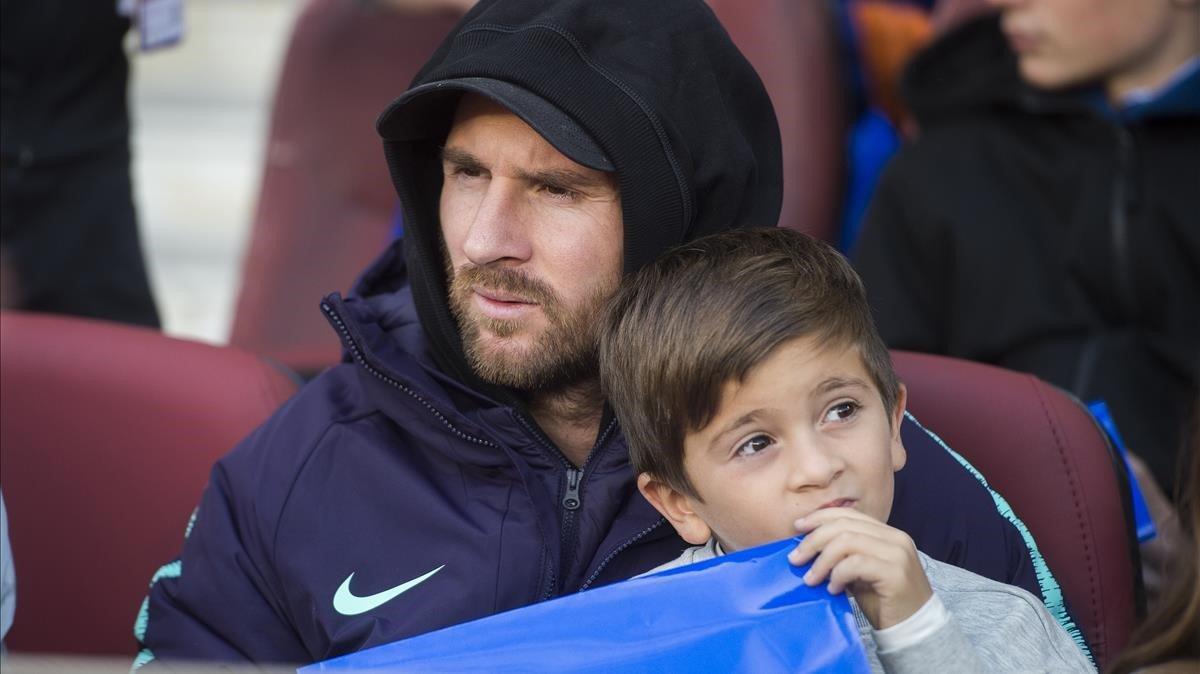 Messi y su hijo Thiago en la grada del Camp Nou.