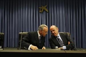 El ministro Luis de Guindos, junto a Isidre Fainé, en el Círculo Financiero de La Caixa, ayer.