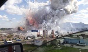 Momento de la explosión en el mercado de pirotecnia de Tultepec.