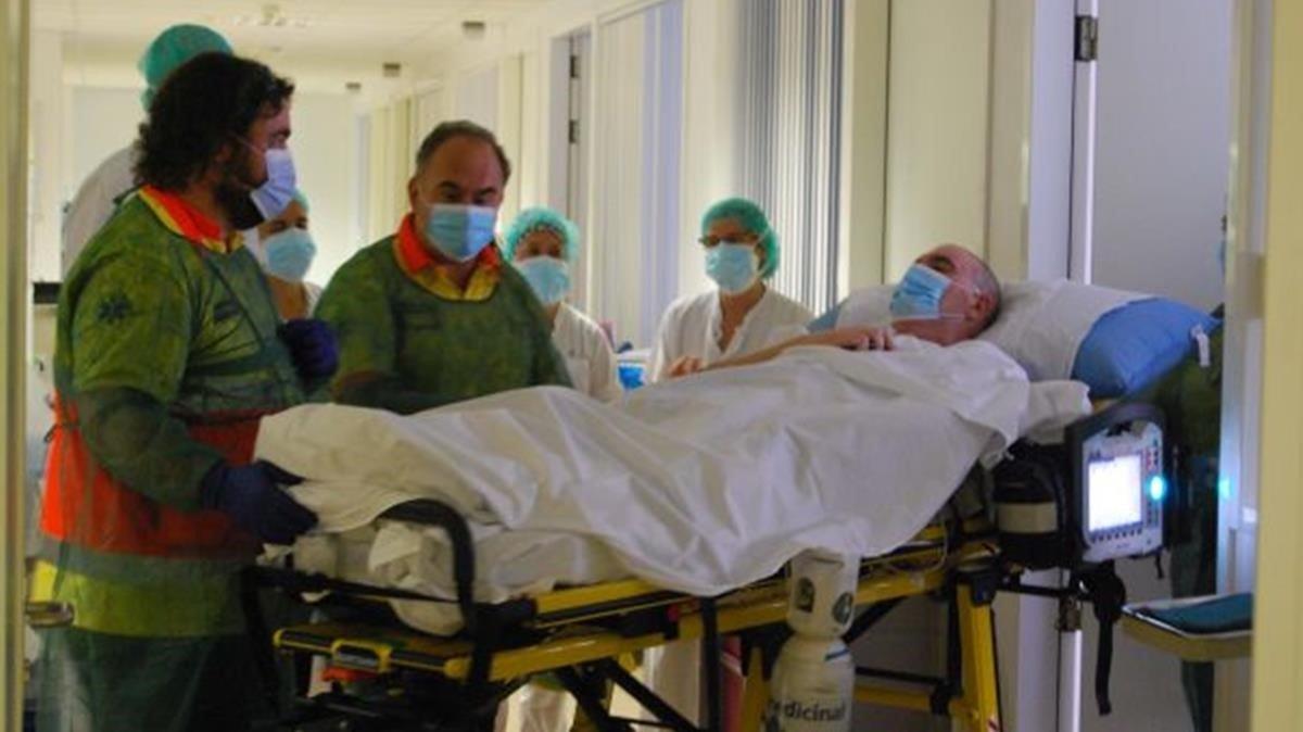 Momento en el que Ángel Mateos, el paciente que más tiempo ha estado ingresado en la uci por coronavirus en España, abandona esta unidad del Hospital de Igualada, el pasado día 3 de septiembre.