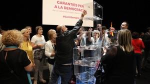 Montaje con urnas de metacrilato, en el escenario del Teatre Nacional de Catalunya.