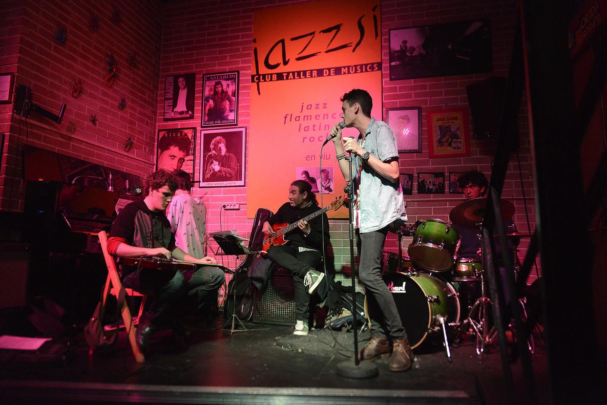 Actuación musical enun local de la calle Requesens.