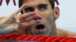 El nadador norteamericano Michael Phelpscelebra en la piscina su cuarta medalla de oro en los Juegos de Río.